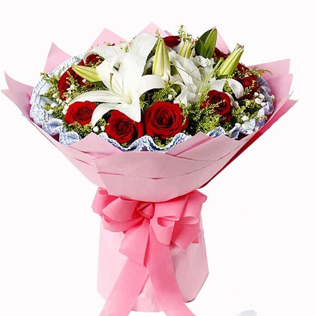 花束  花材:11枝红玫瑰,2枝多头白百合,搭配黄莺 包装:高档瓦楞纸圆形